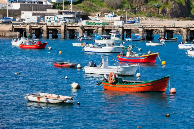 Antigo cais com barcos em sagres, portugal. dia ensolarado