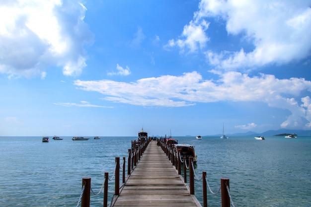 Antigo cais da ponte de madeira e céu azul, mar de andaman, tailândia
