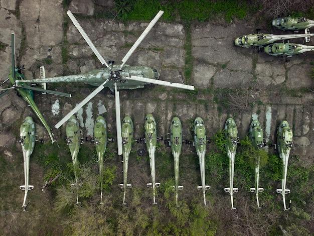 Antigo campo de aviação abandonado com helicópteros abandonados