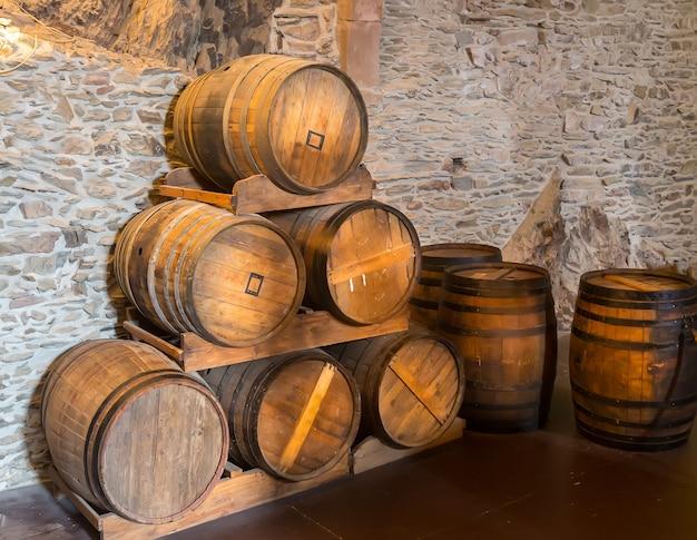 Antigo castelo, barris de madeira na sala da adega, velha europa. arquitetura tradicional europeia, lugares famosos para turismo e viagens, tecnologias medievais