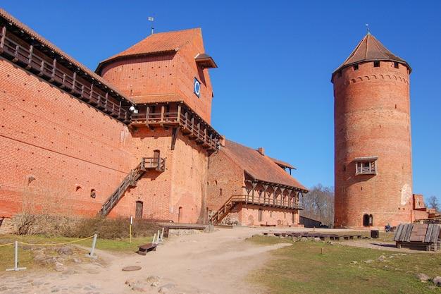 Antigo castelo de turaida na primavera.