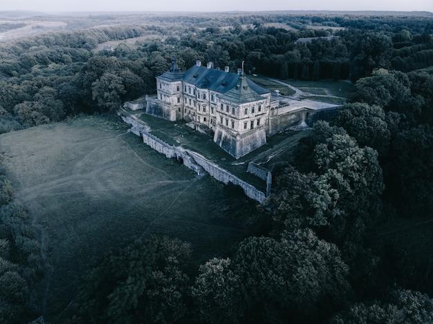 Antigo castelo místico ao luar. vista aérea.