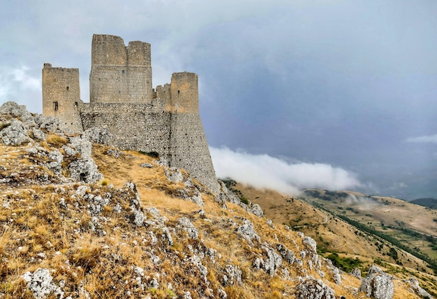 Antigo castelo na montanha rochosa