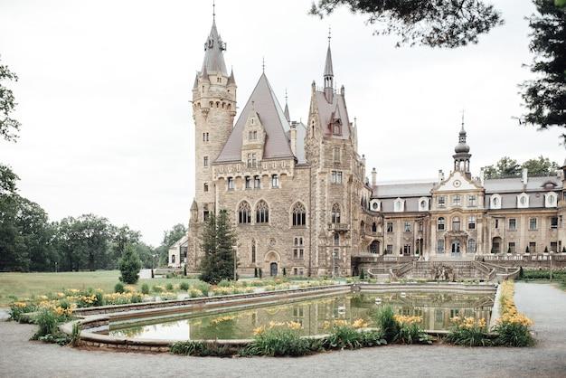 Antigo castelo polonês na vila de moszna