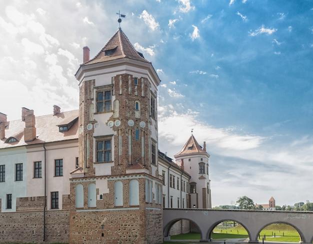 Antigo castelo restaurado na cidade mir