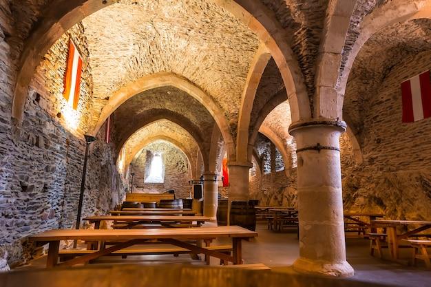 Antigo castelo, salão com bancos, velha europa. arquitetura tradicional europeia, lugares famosos para turismo e viagens, tecnologias medievais