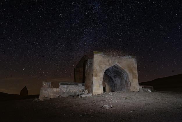 Antigo complexo de mausoléus históricos do século 16 em noite estrelada. distrito da cidade de shemakhy, azerbaijão