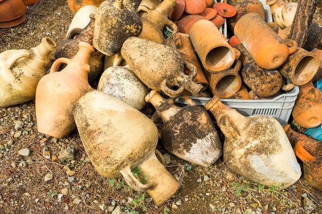 Antigo conjunto grande de vasos de barro