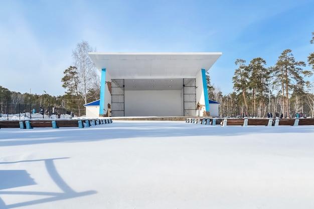 Antigo coreto vazio em um dia de inverno em um parque recreativo