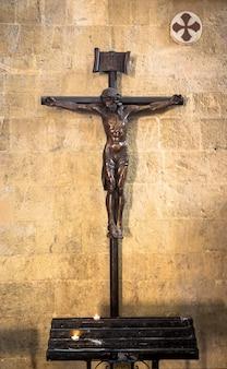 Antigo crucifixo italiano, feito de madeira, com o símbolo de jesus cristo de ressurreição e salvação