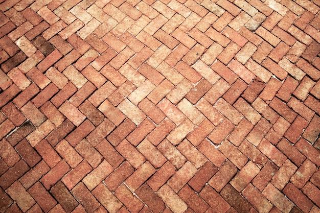 Antigo de tom rosa claro, piso de tijolos, pedras do pavimento, interiores de azulejos de parede