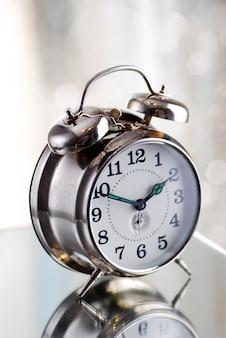 Antigo despertador de moda na luz da manhã