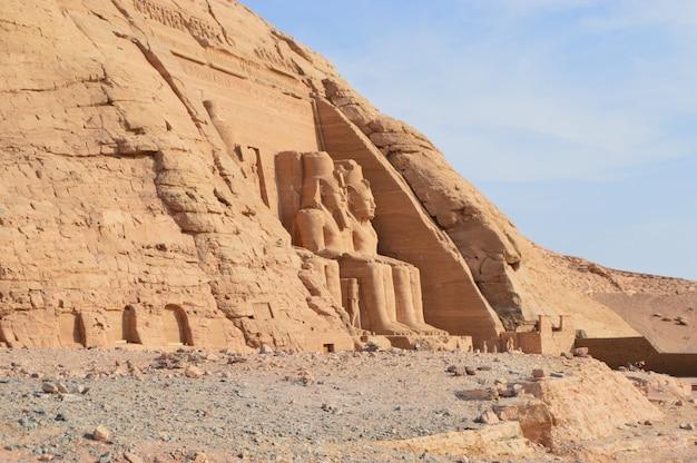 Antigo e histórico templo de ramsés ii de abu simbel, no egito