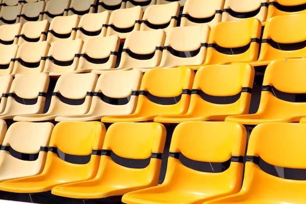 Antigo e novo assento amarelo no estádio