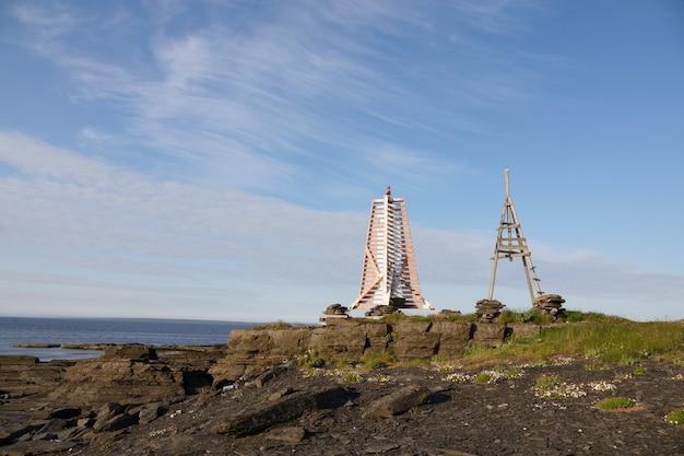 Antigo e novo farol no oceano ártico