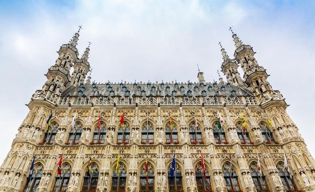 Antigo edifício de pedra com bandeiras e torres, europa. arquitetura europeia, cidade medieval, lugares famosos para turismo e viagens