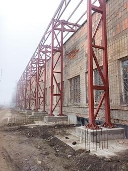 Antigo edifício industrial. fabricação abandonada. construções metálicas.