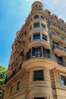 Antigo edifício residencial em dia de sol em barcelona, espanha