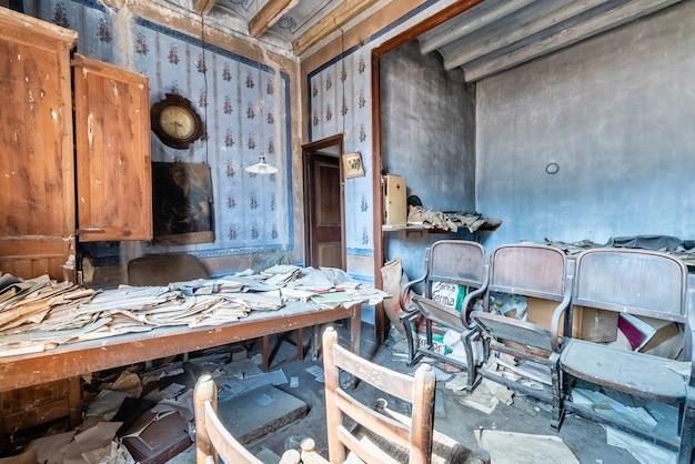 Antigo escritório abandonado com muitos documentos