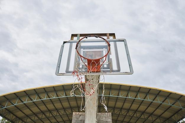 Antigo escudo de basquete abandonado com anel quebrado e net