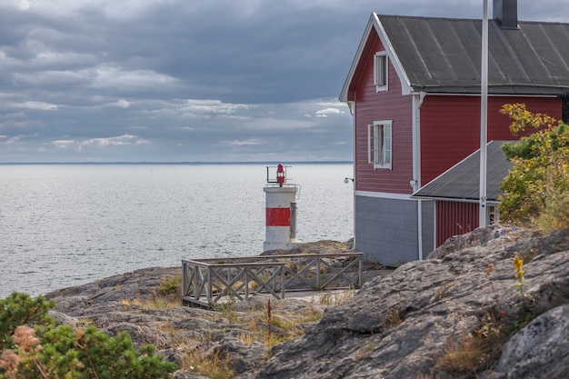 Antigo farol e casa no mar báltico