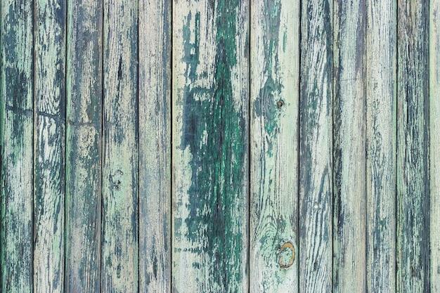 Antigo fundo de madeira com tinta verde manchada