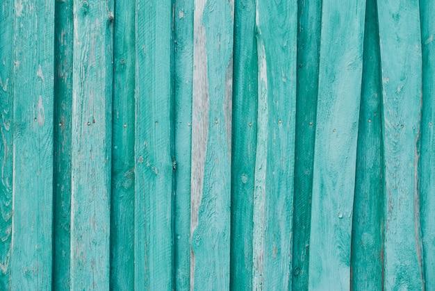 Antigo fundo de madeira de tábuas com pintura rachada e descascada