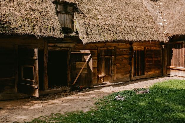 Antigo galpão de madeira com um telhado de palha