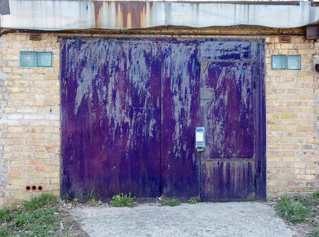 Antigo hangar de porta de armazém de metal