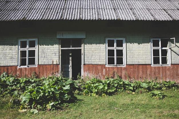 Antigo interior abandonado da casa polonesa cercada por uma floresta verde nas montanhas dos cárpatos