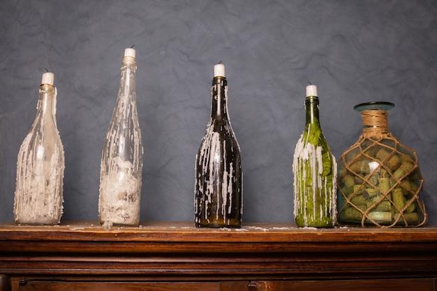 Antigo laboratório químico. foto de um antigo laboratório com muitas garrafas e sujeira
