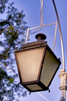 Antigo lampião a gás contra o céu, vintage, iluminação da cidade