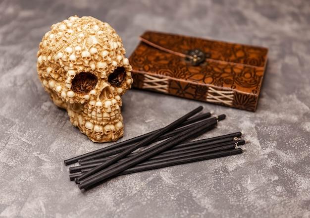 Antigo livro velas pretas com caveira em ritual mágico de mesa de bruxa