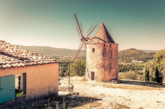Antigo moinho de pedra em saint saturnin les apt, provence, frança