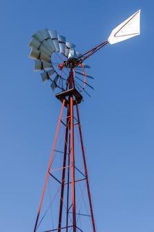Antigo moinho de vento antigo aermotor usado para bombear água e lindo céu azul