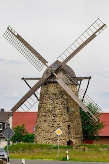 Antigo moinho de vento em dia nublado, europa, alemanha.