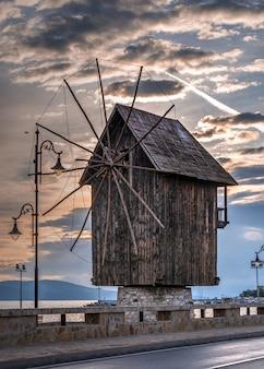 Antigo moinho de vento em nessebar, bulgária