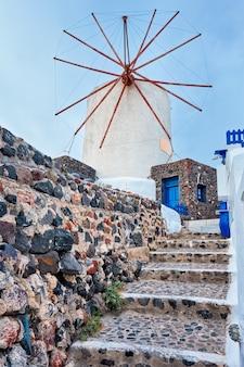 Antigo moinho grego na ilha de santorini na cidade de oia com escadas na rua santorini na grécia