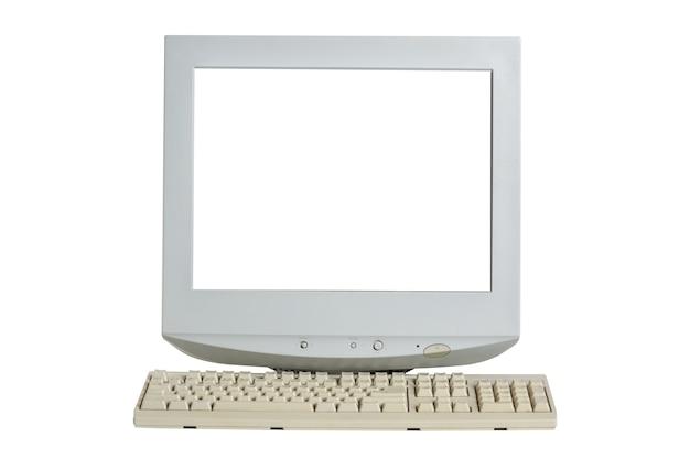 Antigo monitor crt retro com tela branca em branco e teclado isolado no branco.