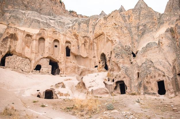 Antigo mosteiro de selime com formações de cavernas na capadócia