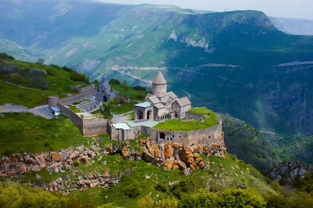Antigo mosteiro no sol poente. tatev. armênia