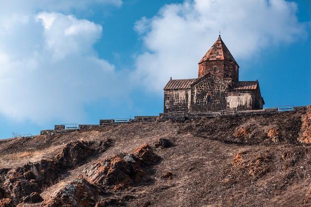 Antigo mosteiro sevanavank no lago sevan