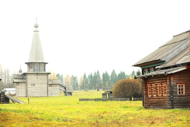Antigo museu ortodoxo histórico. incrível e bela paisagem rural única. rússia do norte.