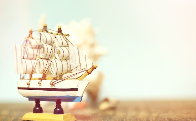 Antigo navio de madeira com velas e mastros de brinquedo em um carrinho. brinquedos vintage e retro