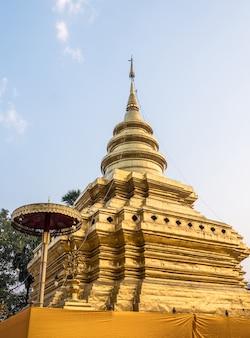 Antigo pagode dourado no tradicional estilo tailandês do norte