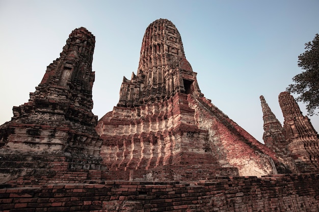 Antigo pagode stupa em ruínas com no parque histórico de ayutthaya, tailândia