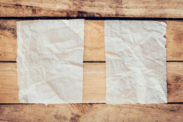 Antigo papel rasgado e poster vintage em fundo de madeira com espaço