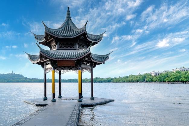 Antigo pavilhão chinês no lago oeste em hangzhou.translation: