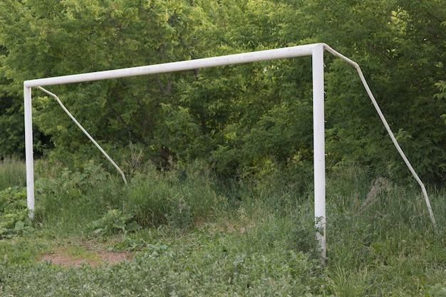Antigo portão de futebol de futebol em campo com grama verde