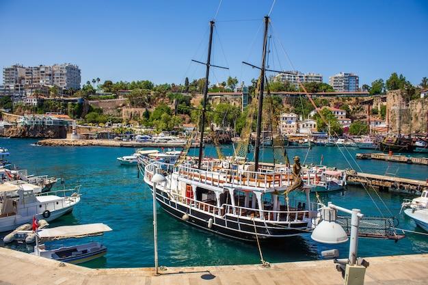 Antigo porto no antigo centro de antalya, na turquia